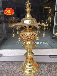 Đèn đồng thờ cúng trên bàn thờ rước tài rước lộc