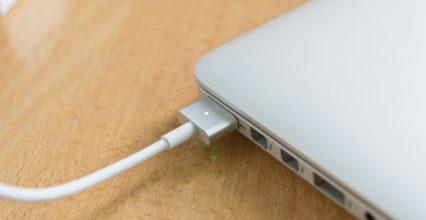 Vừa dùng vừa sạc macbook có ảnh hưởng gì không ?