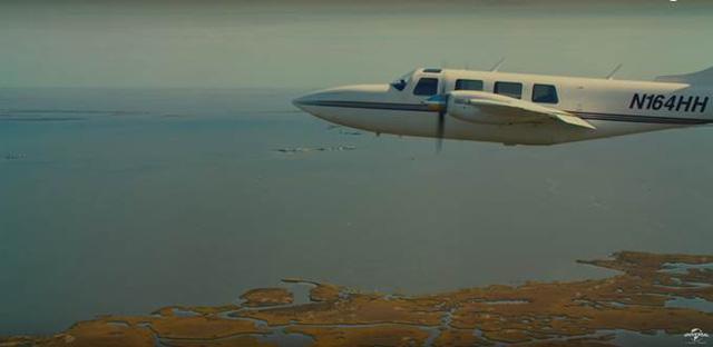 Cảnh phim chiếc máy bay vụt lượn qua và từng khối ma túy bắt đầu rơi như mưa xuống để lại ấn tượng khó quên trong lòng khán giả